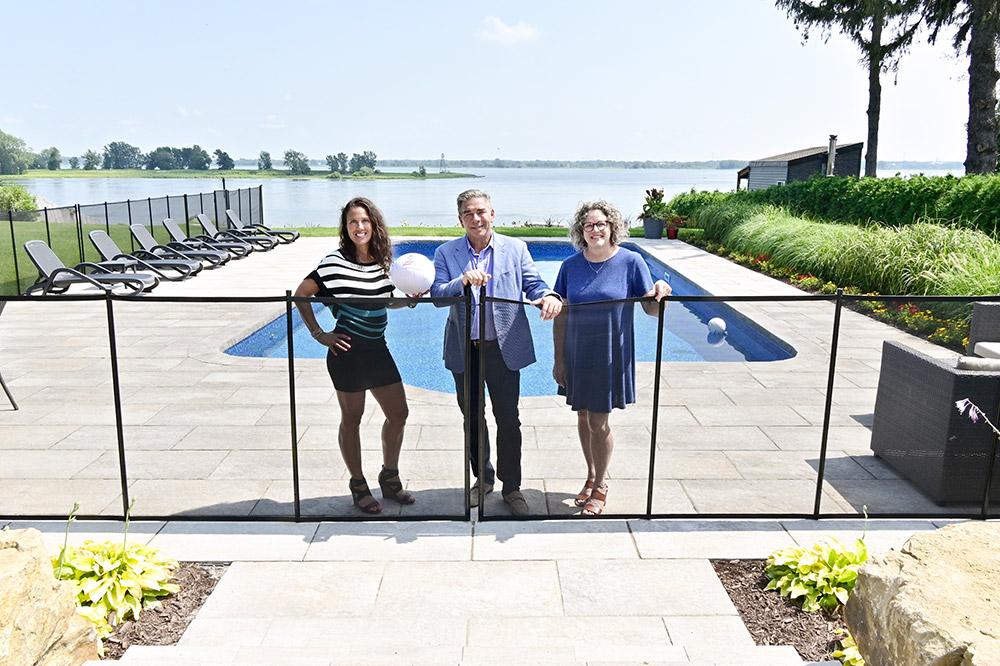 La demande pour la construction de clôtures autour des piscines résidentielles a augmenté d'environ 30 % cette année chez Clôture de piscine Enfant Sécure, à Lavaltrie. Sur la photo, de gauche à droite : la présidente Mélanie Charette,  le vice-président Pascal Bruneau et l'adjointe Chantal Mailloux. Photo Martin Alarie
